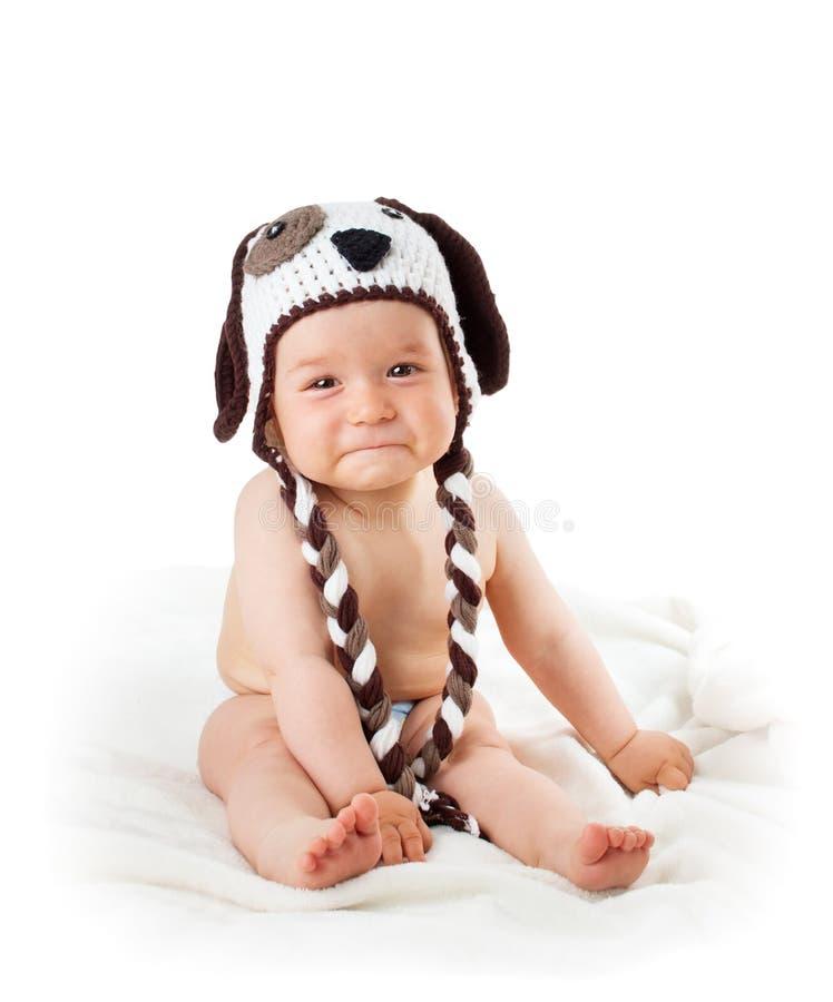 Bambino triste in cappello del cane isolato su fondo bianco immagini stock