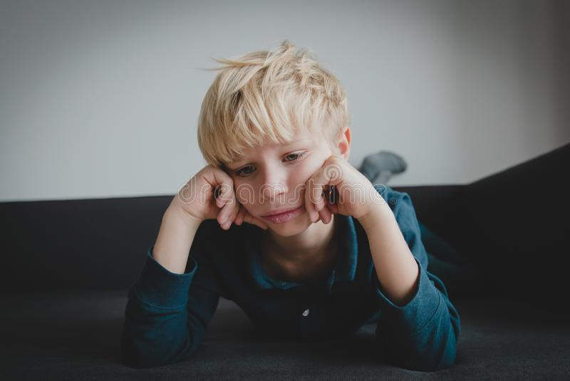Bambino triste, sforzo e depressione, esaurimento, autismo immagini stock libere da diritti
