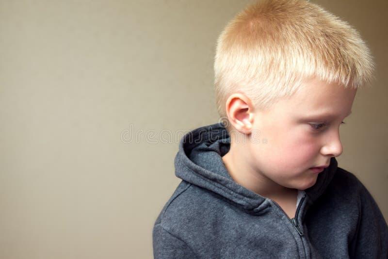 Bambino triste turbato immagini stock