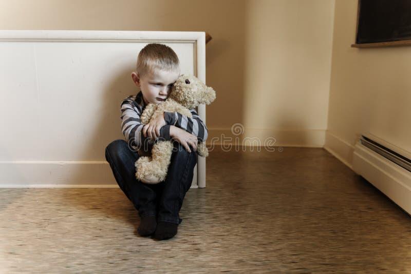 Bambino turbato di problema vicino al concetto della scala per l'oppressione, sforzo di depressione fotografie stock libere da diritti