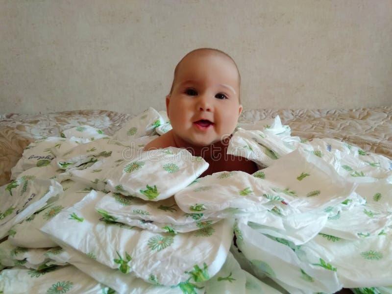 Bambino tutto in pannolini fotografie stock