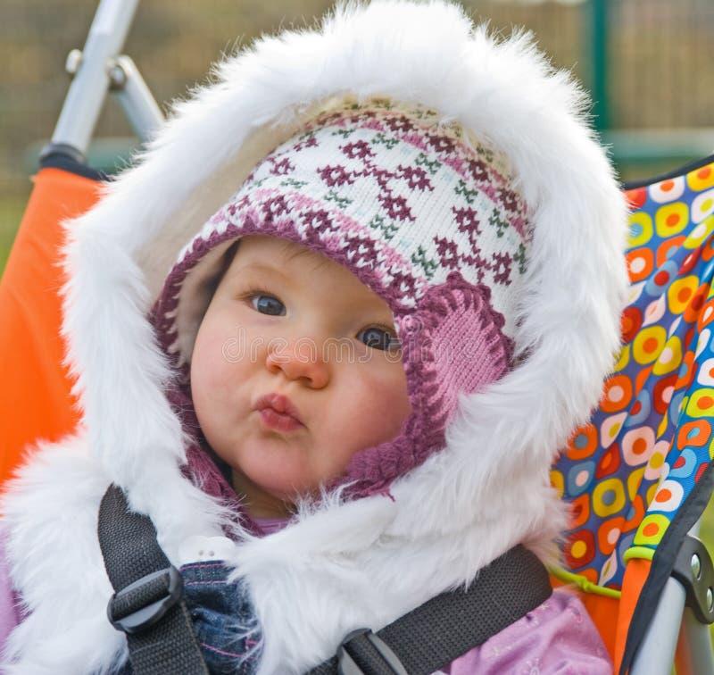 Bambino in un buggy con le cinghie di sicurezza. fotografia stock libera da diritti