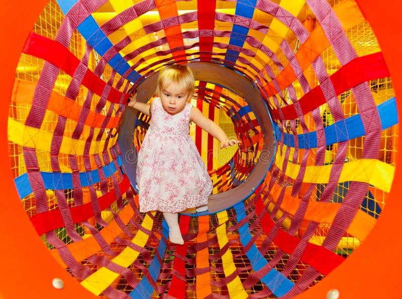 Bambino in un campo da giuoco del labirinto immagini stock