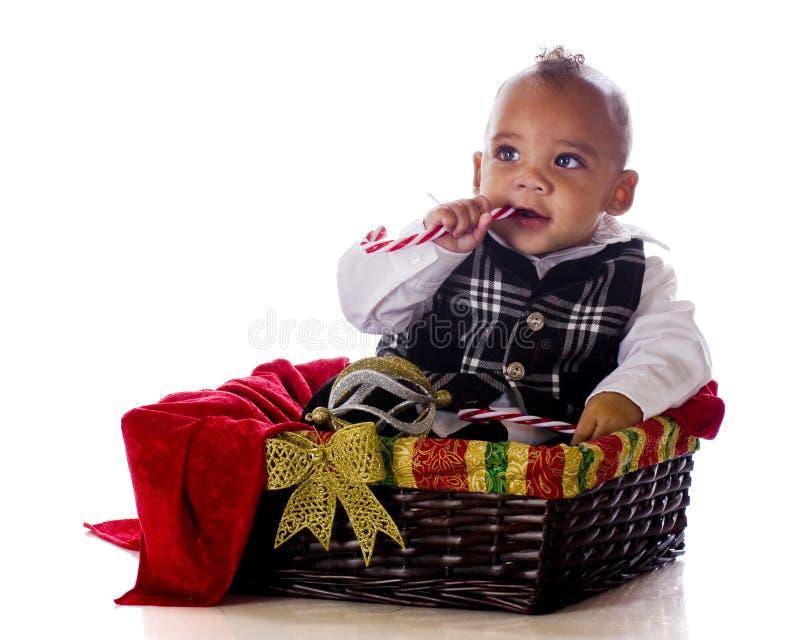 Bambino in un cestino di natale fotografia stock libera da diritti