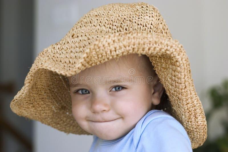 Bambino in un grande cappello fotografie stock