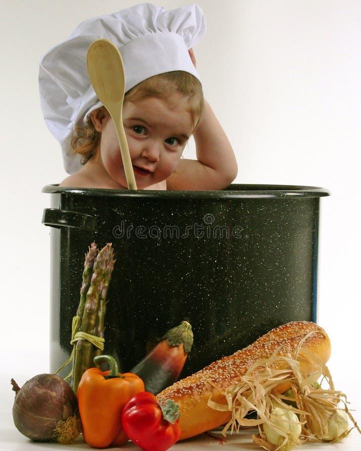 Bambino in un POT del cuoco unico fotografia stock libera da diritti