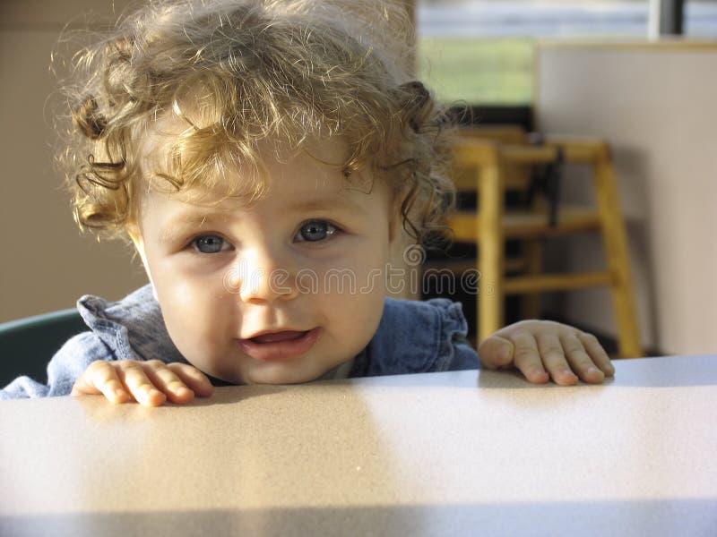 Bambino in un ristorante fotografia stock libera da diritti