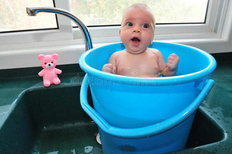 Bambino in una benna fotografia stock libera da diritti