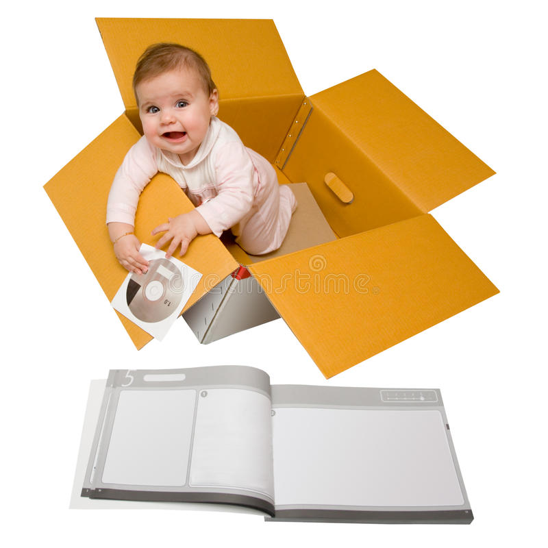 Bambino in una casella. Trasportato con le istruzioni. immagini stock libere da diritti