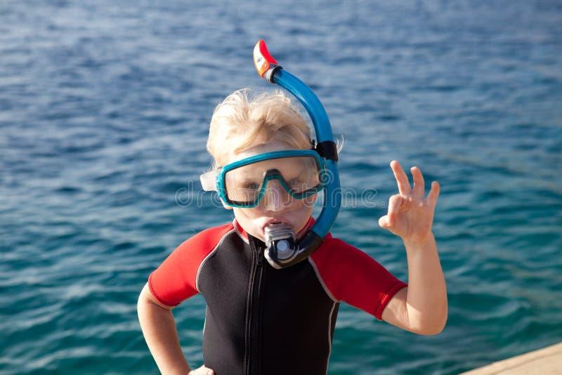 Bambino in una mascherina di immersione subacquea fotografia stock libera da diritti