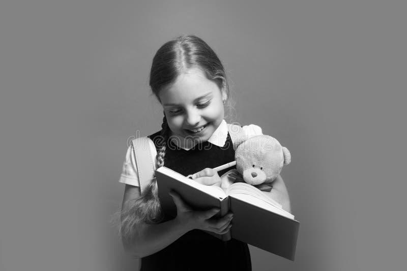 Bambino in uniforme scolastico Studio e di nuovo al concetto della scuola fotografia stock libera da diritti