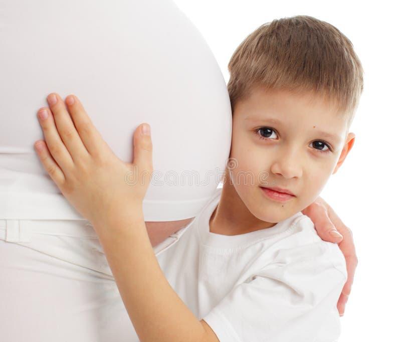 Bambino uno stomaco d'ascolto della madre incinta immagini stock libere da diritti