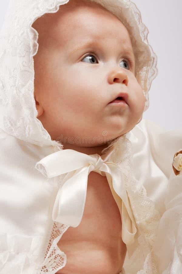 Bambino in vestiti battesimali immagini stock