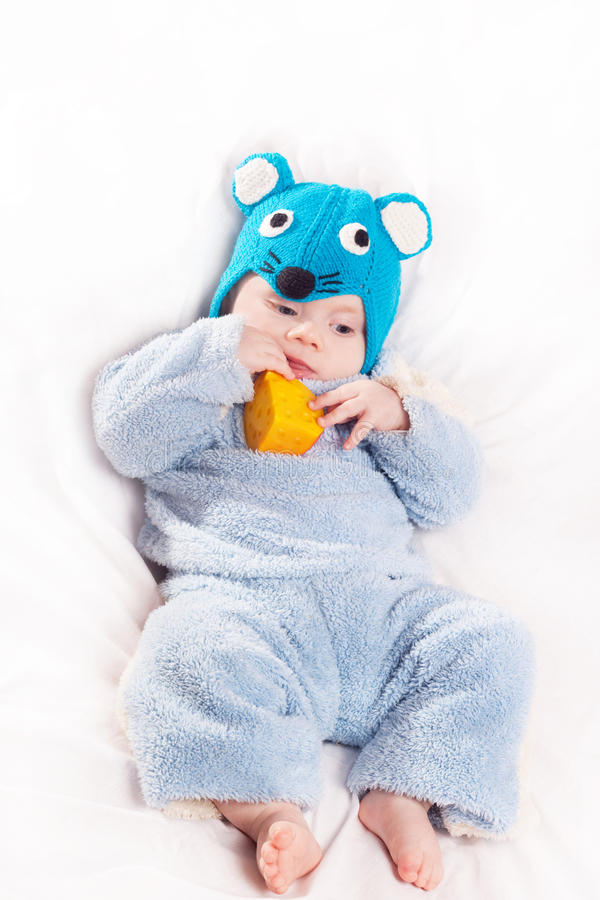 Bambino vestito come mouse con formaggio immagine stock
