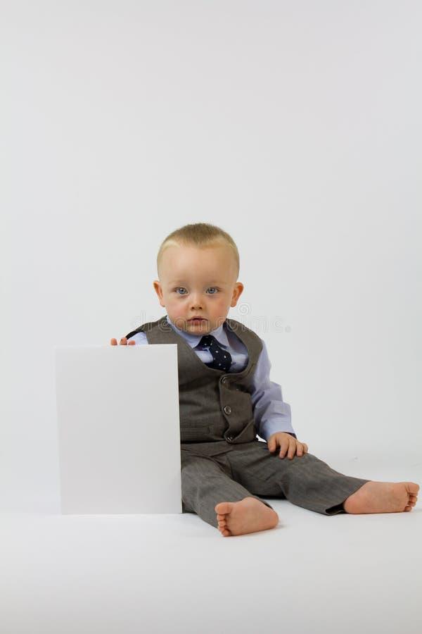 Bambino in vestito con la scheda bianca immagine stock libera da diritti
