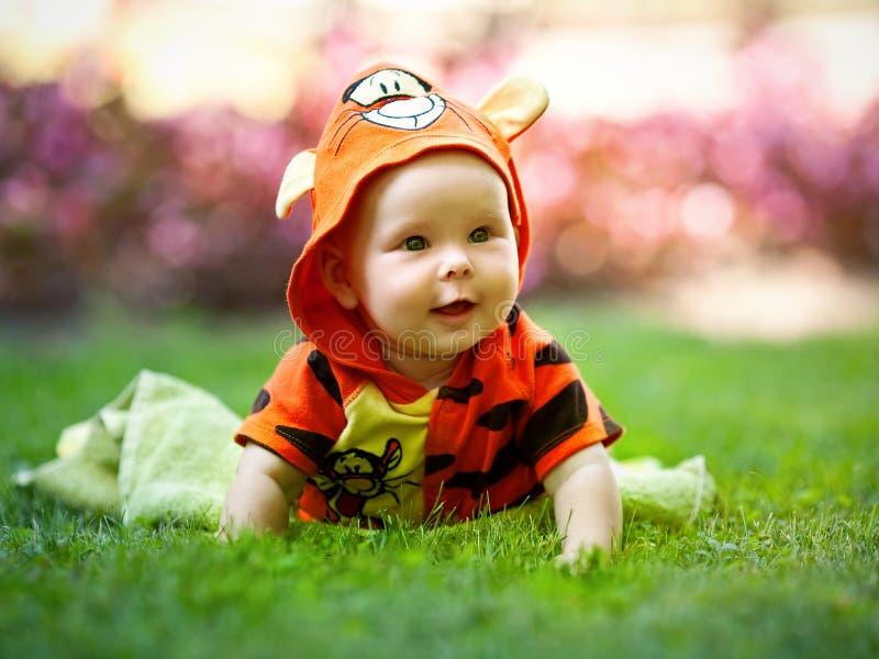 Bambino in vestito operato immagini stock