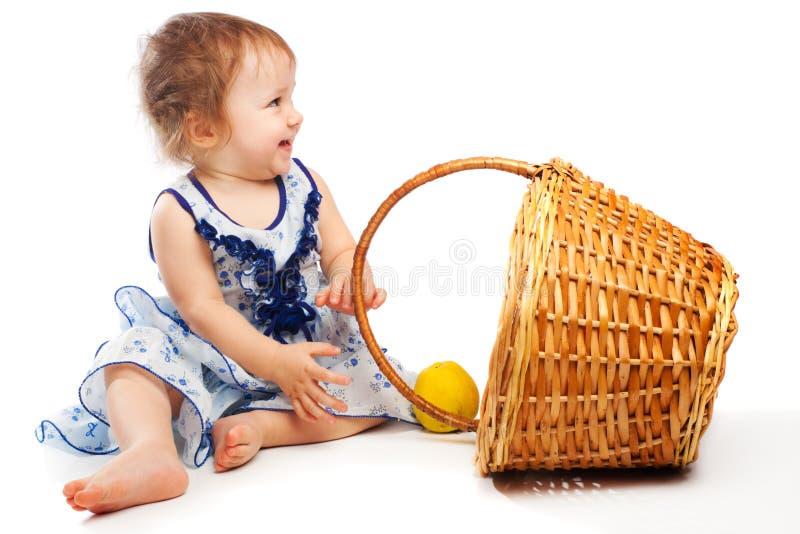 Bambino vicino al cestino immagine stock libera da diritti