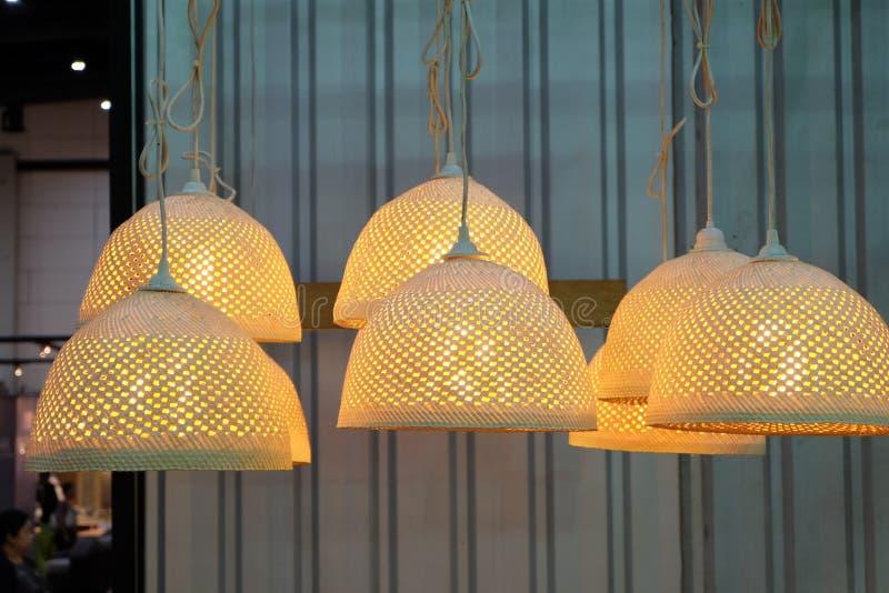 Bamboe geweven lamp stock afbeelding