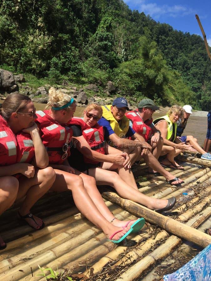 Bamboe het rafting in Fijian-rivieren stock afbeeldingen