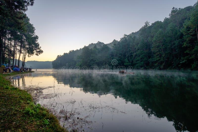 Bamboe het rafting op mistreservoir met toeristen die in morni reizen royalty-vrije stock foto's