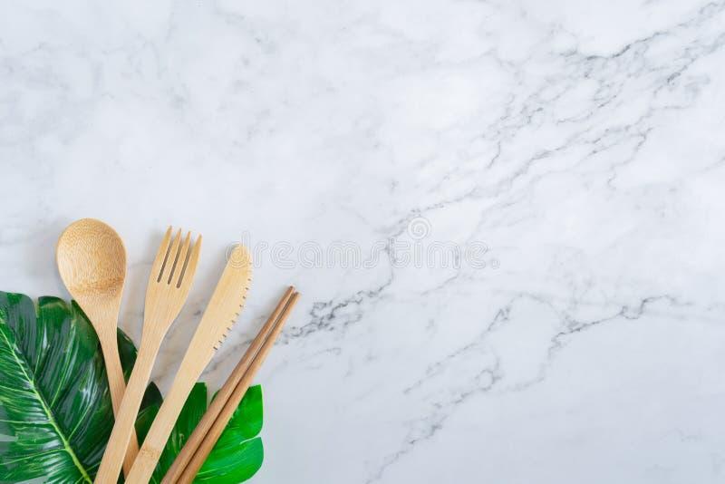 Bamboe houten tandenborstel op schoon wit marmeren de menings van de lijstbovenkant concept als achtergrond voor sparen de aarded stock afbeeldingen