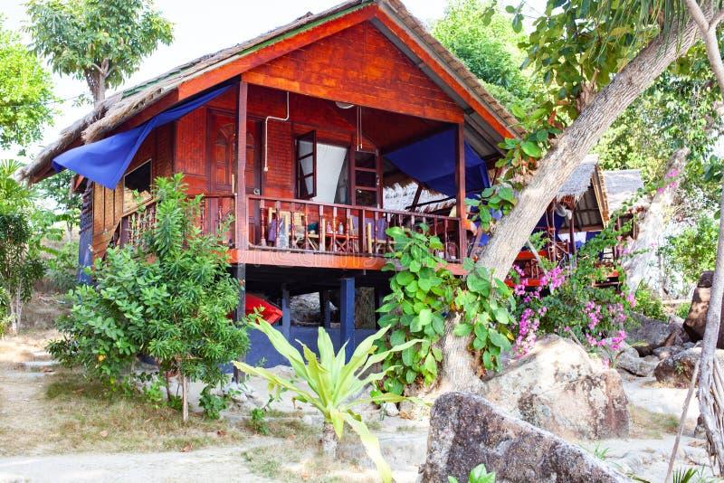 bamboe hutten op de jungle - tropische vakantieachtergrond royalty-vrije stock afbeeldingen