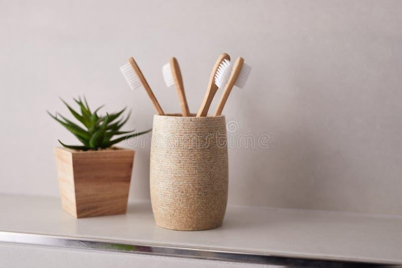 Bamboe tandenborstels in badkamer met kopieerruimte stock fotografie