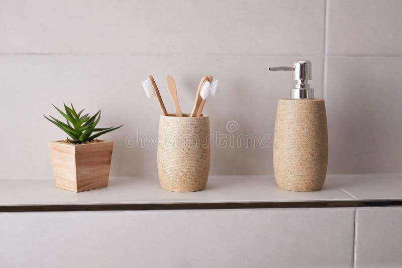 Bamboe tandenborstels in de badkamer stock foto's