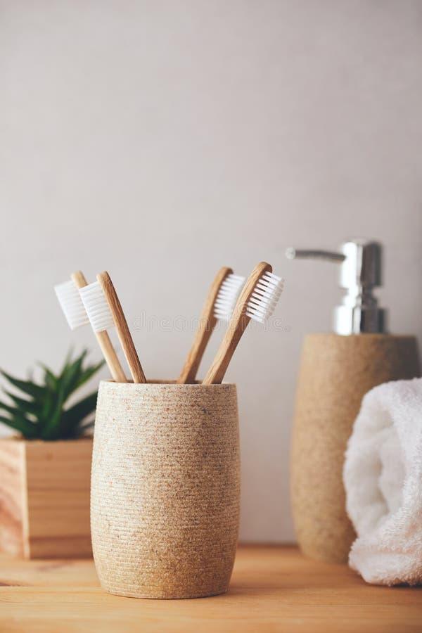 Bamboe tandenborstels in een beker in de badkamer royalty-vrije stock afbeeldingen
