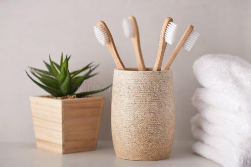 Bamboe tandenborstels met witte handdoeken in de badkamer royalty-vrije stock afbeelding