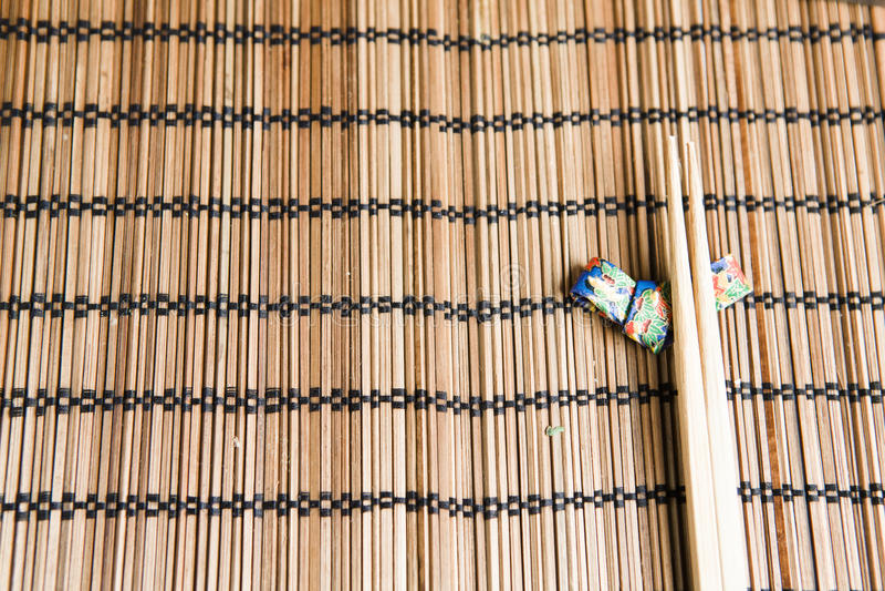 Bamboeeetstokjes op een met de hand gemaakte houder van het origamieetstokje stock afbeelding