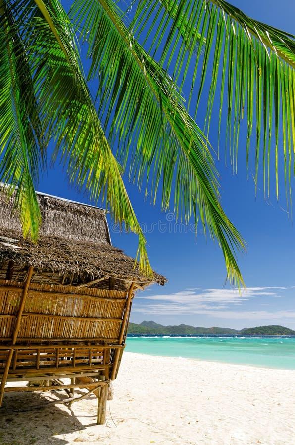 Bamboehut op een tropisch strand royalty-vrije stock fotografie