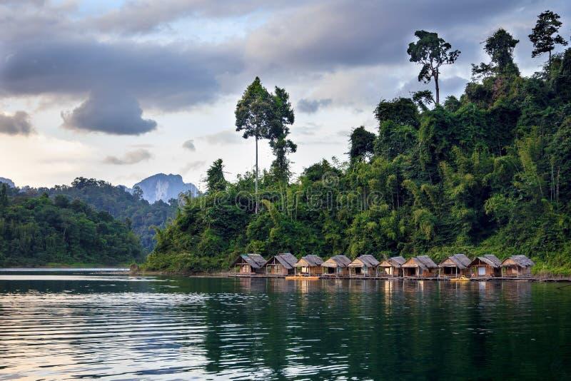 Bamboehutten die in een Thais dorp drijven stock foto's