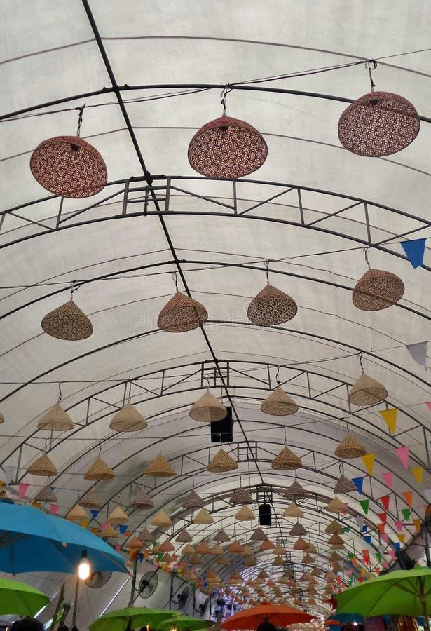 Bamboelampen en kleurrijke paraplu stock fotografie