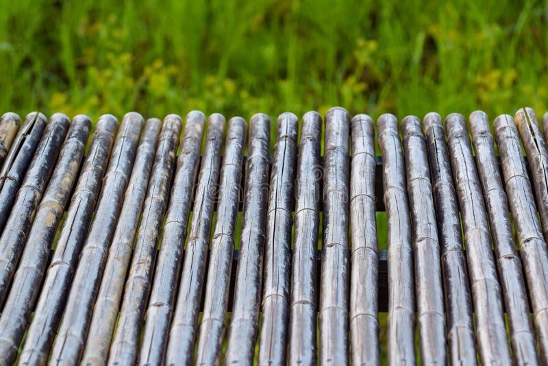 bamboelijst voor de monteringen van de productvertoning het patroonachtergrond van de bamboetextuur, vaag groen gras stock foto's