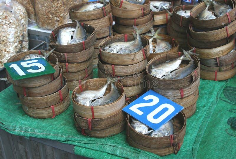 Bamboemanden met verse vissen stock foto's