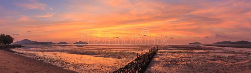 Bamboemuur in het overzees en mooie zonsopgang in Saphan Hin, Phuk stock afbeeldingen