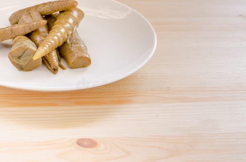 Bamboespruiten in witte schotel op houten lijstachtergrond royalty-vrije stock fotografie