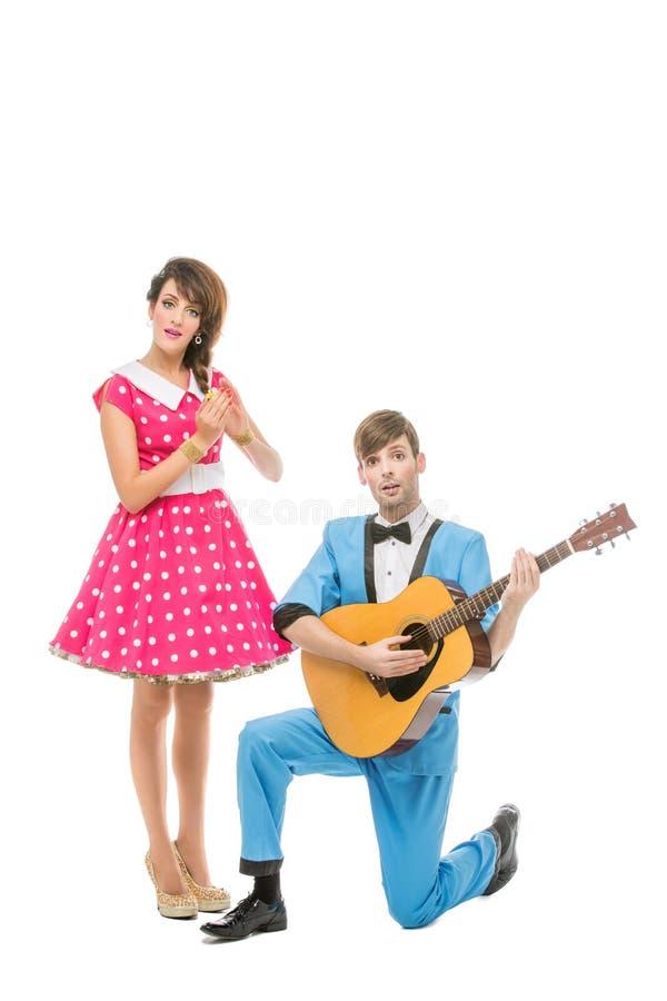 Bambola che guarda ragazzo e ragazza con la chitarra immagine stock libera da diritti