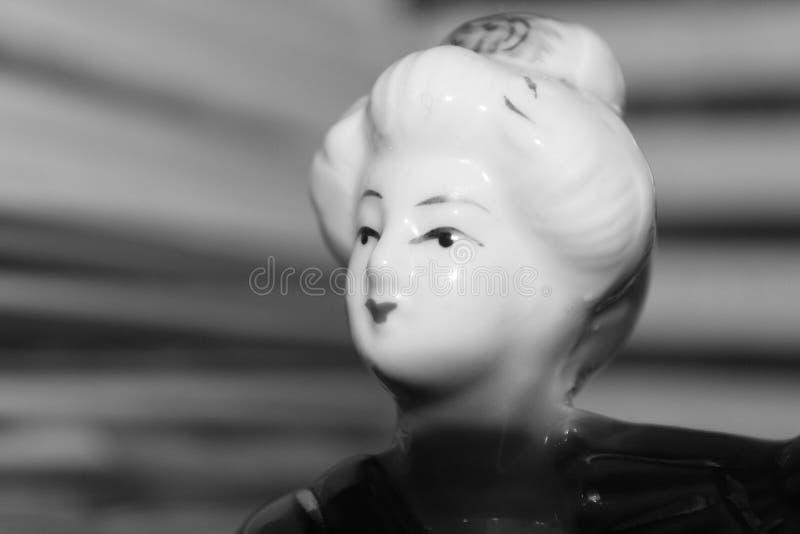 Bambola cinese con il fondo della sfuocatura fotografia stock