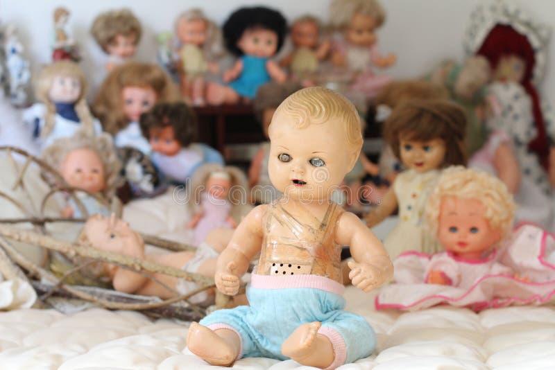 Bambola d'annata che guarda realmente terrificante fotografia stock libera da diritti