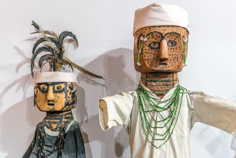Bambola d'annata di legno elaborata e dipinta a mano della piccola mano di Pinocchio della marionetta del burattino Un carattere  fotografia stock libera da diritti