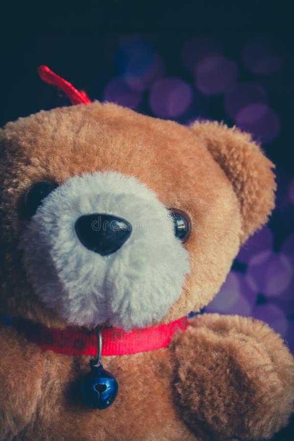 Bambola dell'orso bruno con il fondo del bokeh fotografia stock