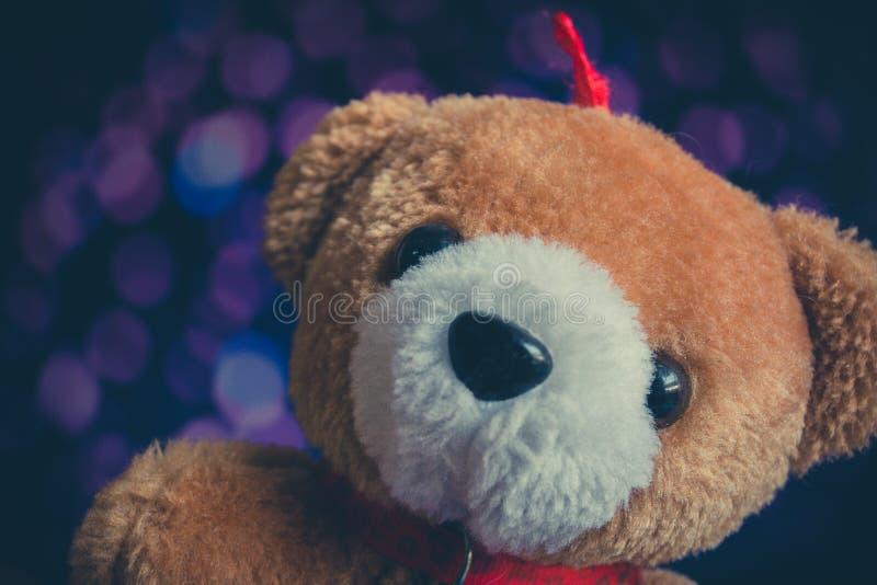 Bambola dell'orso bruno con il fondo del bokeh annata immagini stock libere da diritti