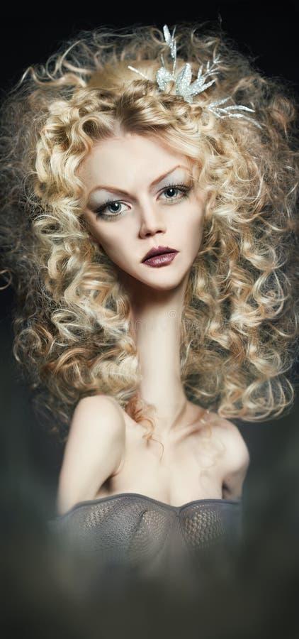 Bambola della ragazza con capelli ricci immagine stock