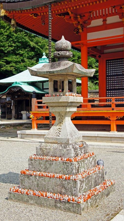 Bambola di Daruma sulla lanterna del tempio di Katsuoji nel Giappone fotografia stock libera da diritti