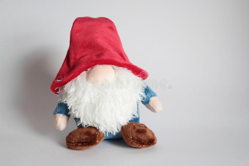 Bambola di Gnome sui precedenti grigi fotografia stock libera da diritti