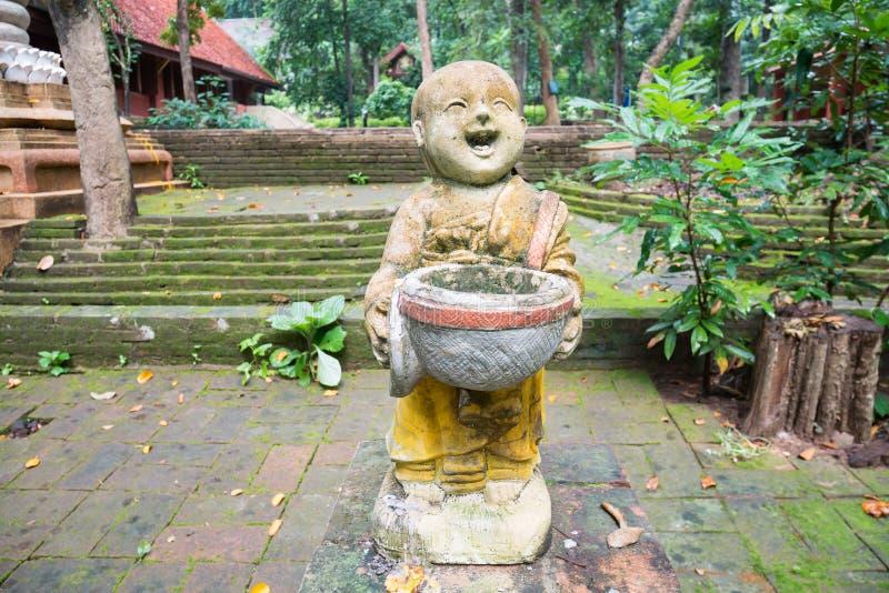 Bambola di pietra del monaco che decora in Tailandia fotografia stock