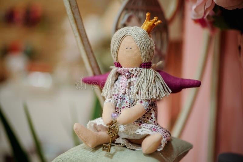Bambola di principessa con il tessuto e l'accessorio di cucito fotografia stock