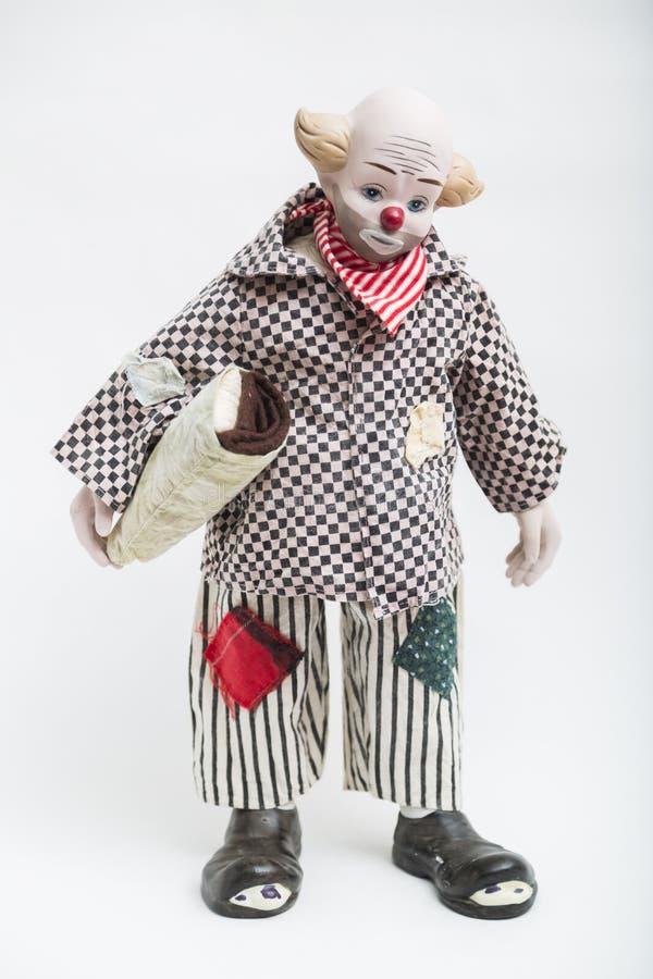 Bambola fatta a mano della porcellana ceramica del pagliaccio triste su fondo bianco immagini stock